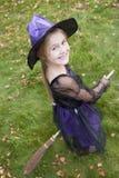 Jong meisje in openlucht in heksenkostuum op Halloween Stock Fotografie