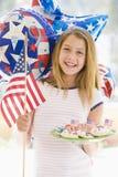 Jong meisje in openlucht op vierde van Juli met vlag Stock Fotografie