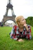 Jong meisje in Parijs stock fotografie