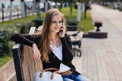 Jong meisje in park stock foto