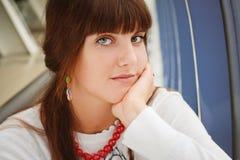 Jong meisje in rode halsband Royalty-vrije Stock Foto
