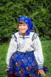 Jong meisje in Roemeense traditionele kleding Maramuresgebied, Romani Royalty-vrije Stock Afbeelding