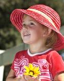 Jong meisje in roze hoed Stock Fotografie