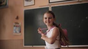 Jong meisje in school Mooie vrouwelijke tribune voor bord stock videobeelden