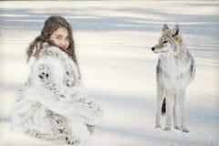 Jong meisje in show met coyote Stock Foto