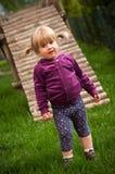 Jong meisje in speelplaats Stock Foto