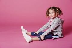 Jong meisje in sportkleding het glimlachen Stock Afbeeldingen