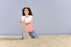 Jong meisje, strand en zand Stock Afbeelding