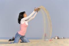 Jong meisje, strand en zand Royalty-vrije Stock Foto