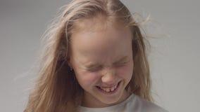 Jong meisje in studio met lang golvend haarportret stock video