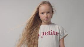 Jong meisje in studio met lang vawy haarportret stock video
