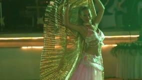 jong meisje in theatrale kostuumdansen bij huwelijkspartij stock videobeelden