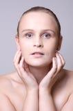 Jong meisje wat betreft haar gezicht Stock Foto's