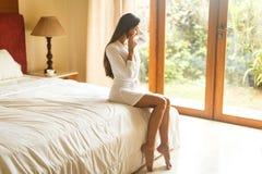 Jong meisje in witte robe in hotel Royalty-vrije Stock Fotografie