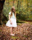 Jong Meisje in Witte Tutu alleen in het Bos stock foto's