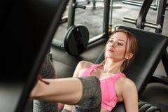 Jong meisje in zitting van de gymnastiek de gezonde levensstijl bij het close-up van de machine de dringende raad ademhaling royalty-vrije stock afbeeldingen