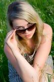 Jong meisje in zonnebril Stock Afbeelding