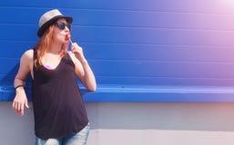 Jong meisje in zonnebril en hoed Een tiener in een hoed en glasse Stock Foto's