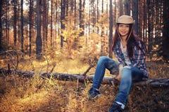 Jong meisje in zonnig bos stock fotografie