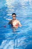 Jong meisje in zwembad Stock Afbeeldingen