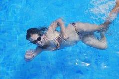 Jong meisje in zwembad Stock Fotografie
