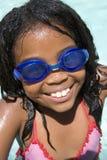 Jong meisje in zwembad dat beschermende brillen draagt stock afbeeldingen