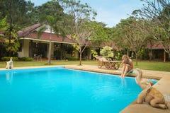 Jong meisje in zwembad in kuuroordtoevlucht Stock Foto's