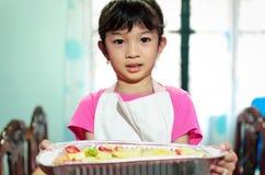 Jong meisjes dienend voedsel royalty-vrije stock foto's