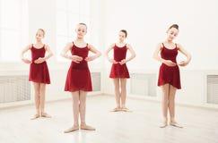 Jong meisjes het dansen ballet in studio Royalty-vrije Stock Foto's