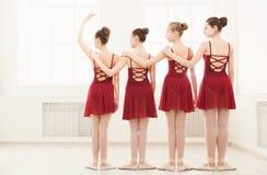 Jong meisjes het dansen ballet in studio Royalty-vrije Stock Fotografie