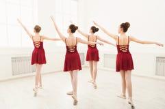 Jong meisjes het dansen ballet in studio Stock Afbeeldingen