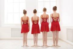 Jong meisjes het dansen ballet in studio Stock Foto