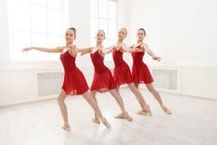 Jong meisjes het dansen ballet in studio Royalty-vrije Stock Afbeeldingen