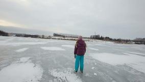 Jong meisjesijs die op bevroren meer schaatsen stock video