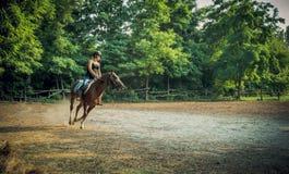 Jong meisjesjockey en renpaard in opleiding Royalty-vrije Stock Afbeelding