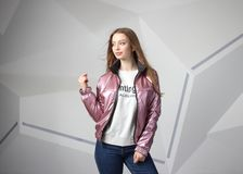 Jong meisjesmeisje die jasje met gebied voor uw embleem dragen, prototype van witte vrouwen hoodie royalty-vrije stock afbeelding