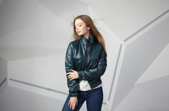 Jong meisjesmeisje die jasje met gebied voor uw embleem dragen, prototype van witte vrouwen hoodie stock fotografie