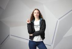 Jong meisjesmeisje die jasje met gebied voor uw embleem dragen, prototype van witte vrouwen hoodie stock foto