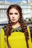 jong meisjesmodel op de achtergrond van het stedelijke landschap, haar Stock Fotografie
