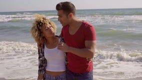 Jong mengen-Raspaar op het Strand stock videobeelden