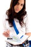 Jong middelbare schoolwijfje met studiemateriaal Royalty-vrije Stock Foto