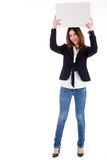 Jong model dat een lege raad over haar hoofd toont Stock Foto's