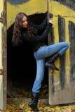 Jong model met donkere haren dichtbij graffitimuur. FA Royalty-vrije Stock Foto's
