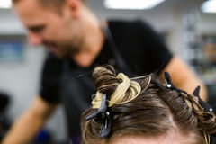 Jong model met gekleurd haarknotje en verborgen kapsnede gebleekt haar royalty-vrije stock afbeeldingen