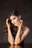 Jong model met golvend haar Gouden tint op wenkbrauwen en handen stock fotografie