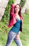 Jong model in rood jasje Stock Afbeeldingen