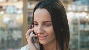 Jong modieus meisje die op mobiele telefoon spreken stock videobeelden