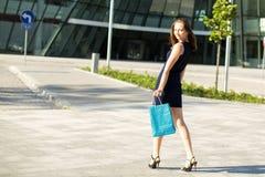Jong modieus meisje na het winkelen Het lopen Royalty-vrije Stock Afbeeldingen