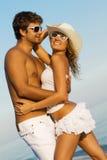 Jong modieus paar op een overzeese kust stock afbeeldingen