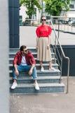 jong modieus paar van modellen in zonnebril op treden bij stedelijk royalty-vrije stock foto